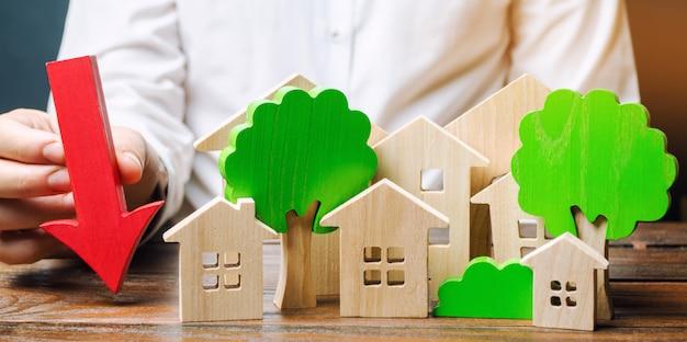 Empresário mantém a seta perto de casas de madeira