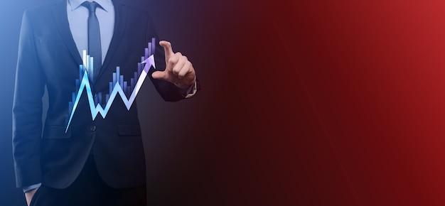 Empresário mantém dados de vendas e gráfico gráfico de crescimento econômico. planejamento e estratégia de negócios. analisando a negociação de câmbio. financeiro e bancário. marketing digital de tecnologia. lucro e plano de crescimento.