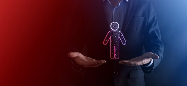 Empresário mantém ícone de pessoa homem em fundo de tom escuro. rh humano, ícone de pessoastecnologia processo sistema negócios com recrutamento, contratação, construção de equipes. conceito de estrutura de organização.