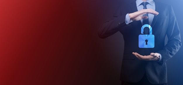 Empresário mantém um ícone de cadeado aberto na palma da mão. destravando um cadeado virtual. metáfora de conceito e tecnologia de negócios para ataque cibernético, crime de computador, segurança da informação e criptografia de dados.