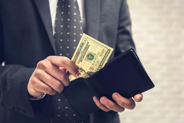 Empresário, mantendo o dólar em dinheiro na carteira