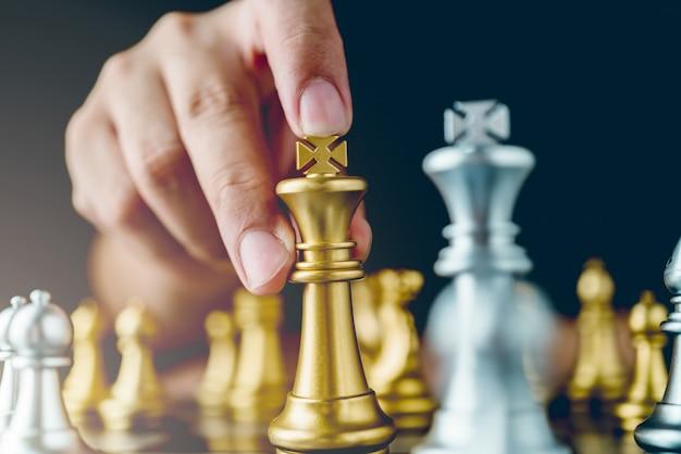 Empresário mão controle xadrez jogar figura