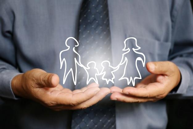 Empresário mão segure a família