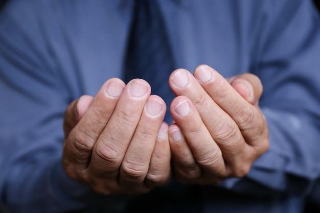 Empresário mão segure por ajuda