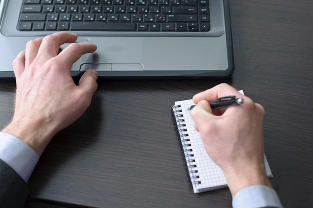 Empresário mãos fazendo algum trabalho no computador