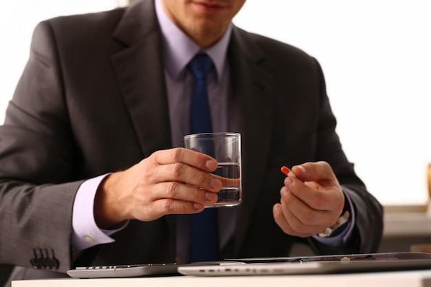 Empresário masculino adulto segurar o tablet
