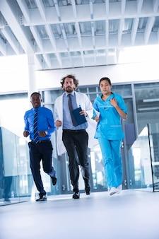 Empresário, médico e enfermeiro no corredor do hospital