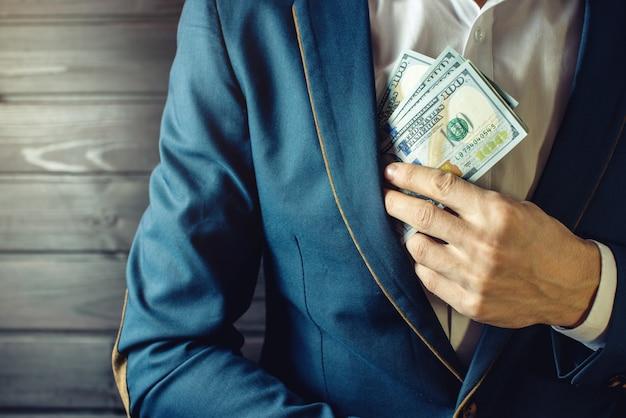 Empresário, membro ou oficial coloca um suborno no bolso
