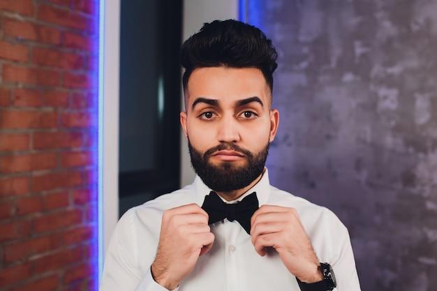 Empresário moderno colocando gravata borboleta