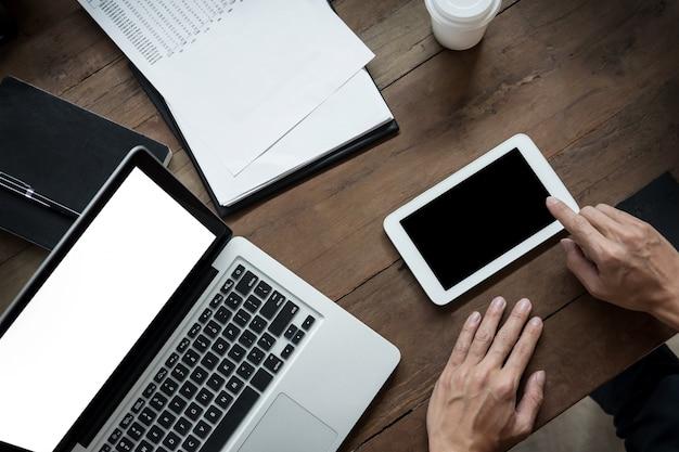 Empresário moderno com tablet e leitura de notícias e documento de trabalho da manhã no café.