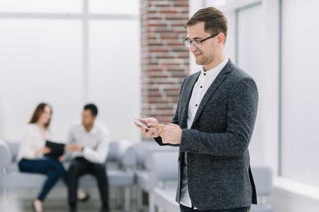 Empresário moderno digitando sms em seu smartphone