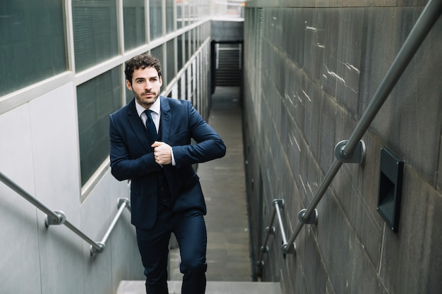 Empresário moderno em ambiente urbano