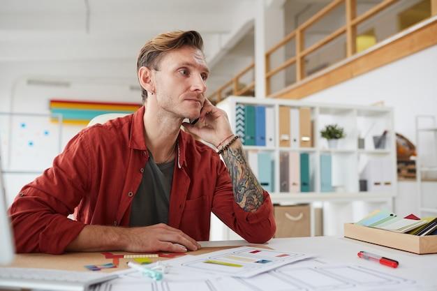 Empresário moderno falando por telefone no escritório