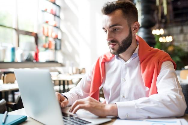 Empresário moderno usando laptop