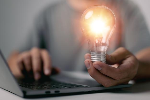 Empresário mostra novas ideias com tecnologia inovadora e criatividade. ideia e conceito de lâmpadas