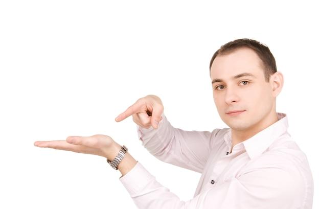 Empresário mostrando algo na palma da sua mão