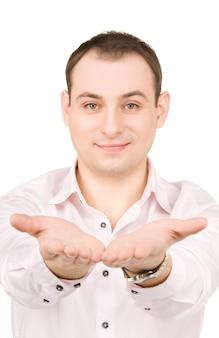 Empresário mostrando algo nas palmas das mãos