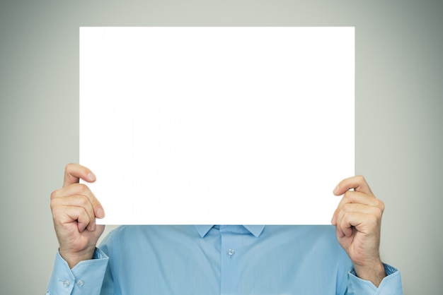 Empresário, mostrando na folha em branco em branco