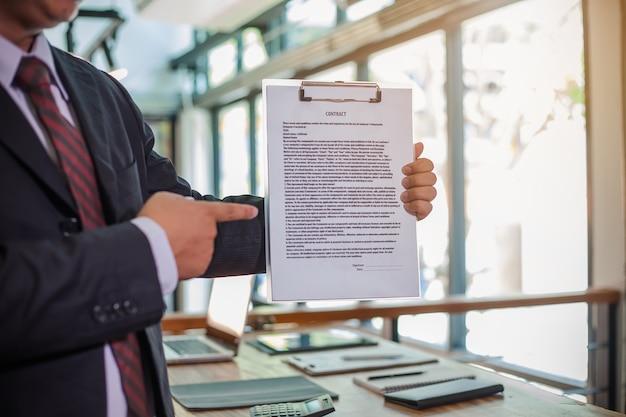 Empresário, mostrando o contrato de negócios