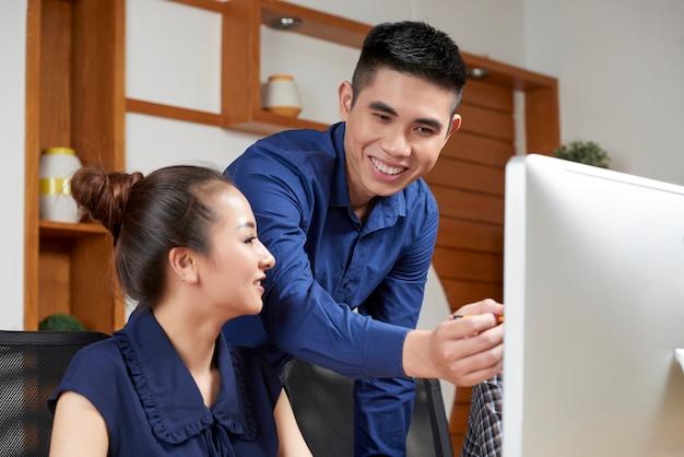 Empresário, mostrando o trabalho ao colega