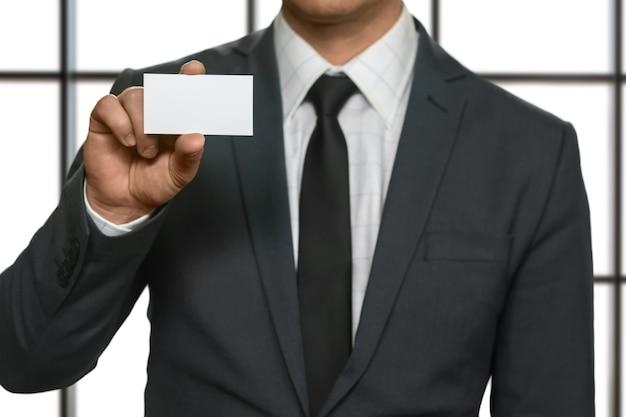 Empresário mostrando seu cartão de visita. homem possui cartão de visita em branco. o convidado especial chegou. melhor advogado da cidade.