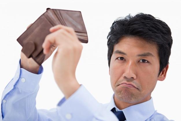 Empresário mostrando sua carteira vazia