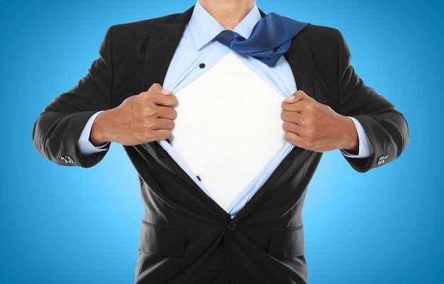 Empresário, mostrando uma roupa de super-herói