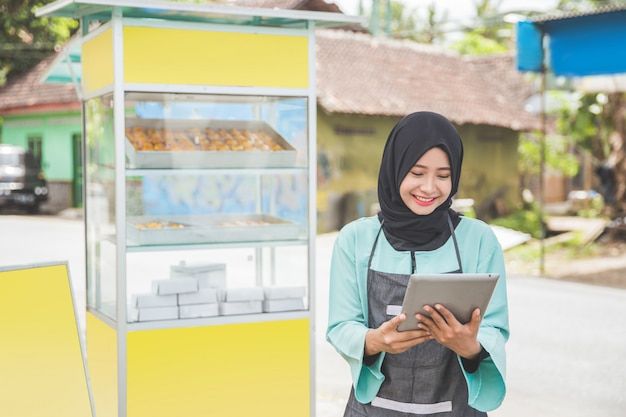 Empresário muçulmano com barraca de comida