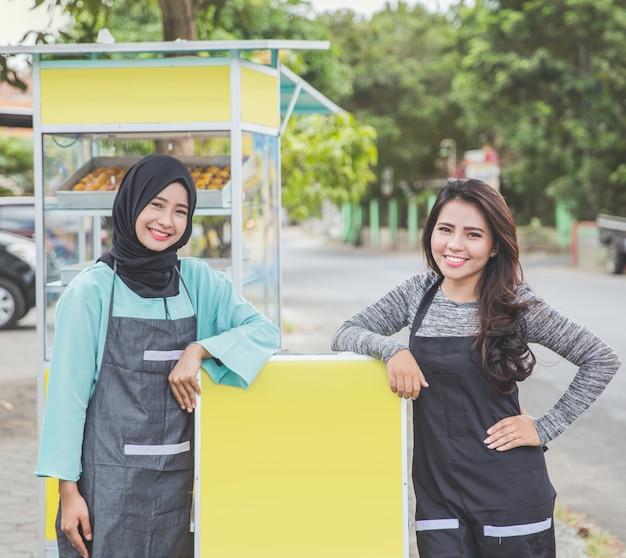 Empresário muçulmano com parceiro começando negócio de barraca de comida