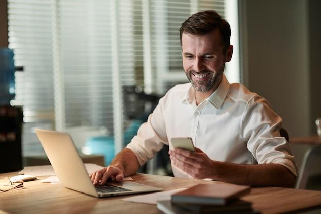 Empresário multitarefa trabalhando à noite
