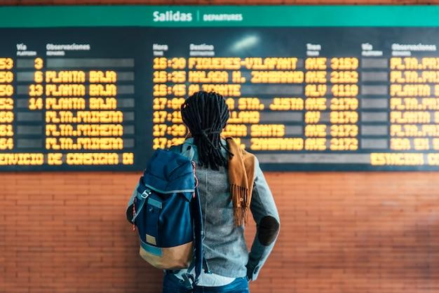 Empresário na estação ferroviária. conceito de negócios