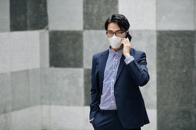 Empresário na máscara facial