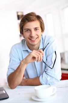 Empresário na mesa sorrindo