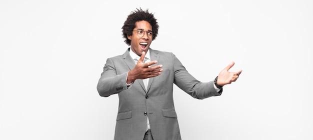 Empresário negro afro fazendo ópera ou cantando em um show ou show, sentindo-se romântico, artístico e apaixonado