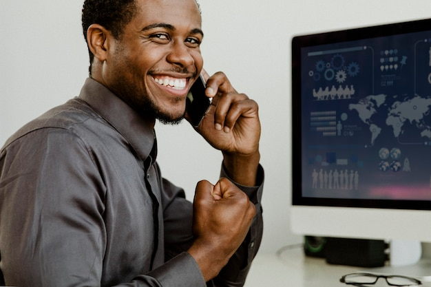 Empresário negro feliz falando ao telefone