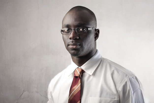 Empresário negro olhando seriamente