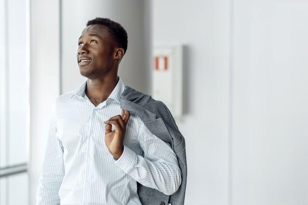 Empresário negro posa em prédio comercial