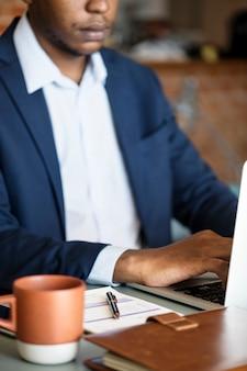 Empresário negro usando computador portátil