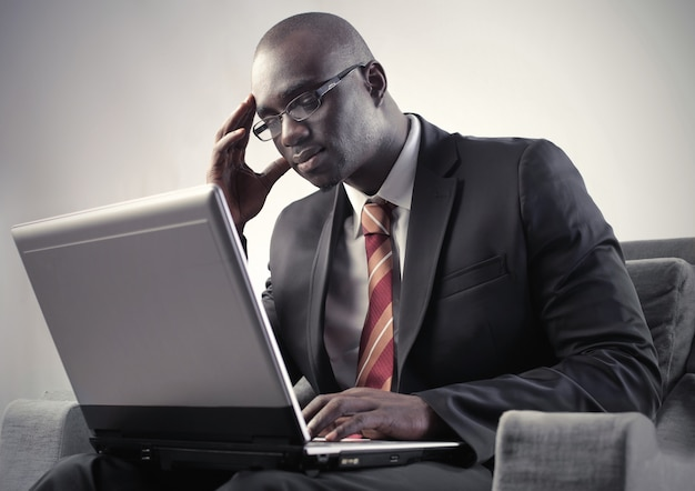 Empresário negro usando um laptop
