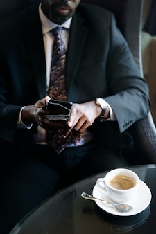 Empresário no café para uma bebida quente