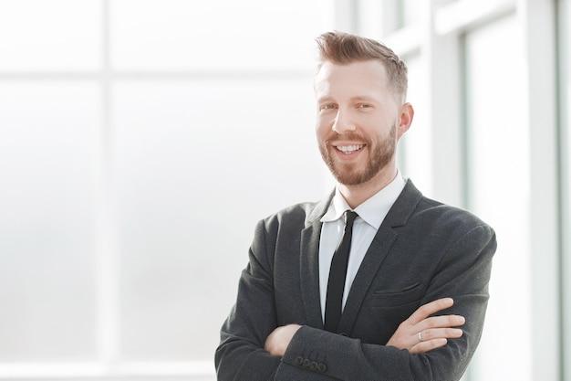 Empresário no fundo de um escritório brilhante