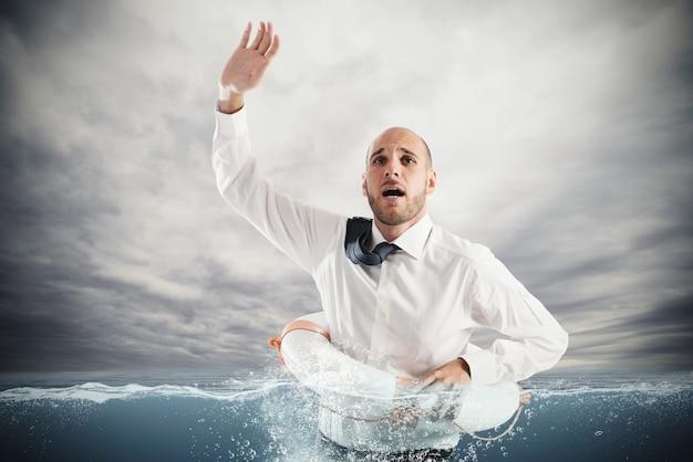 Empresário no mar com colete salva-vidas para obter ajuda