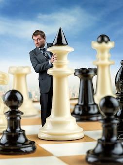 Empresário no tabuleiro de xadrez