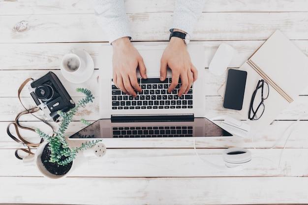 Empresário no trabalho. close-up vista superior de um homem trabalhando em um laptop