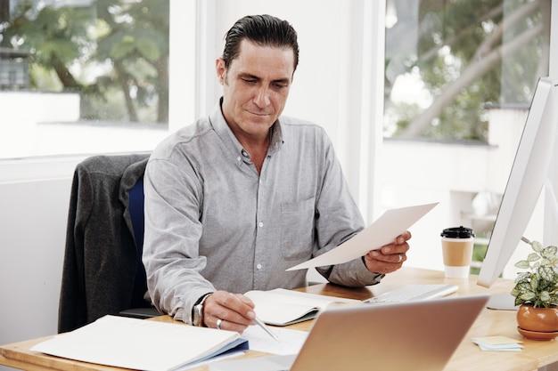 Empresário ocupado com o trabalho