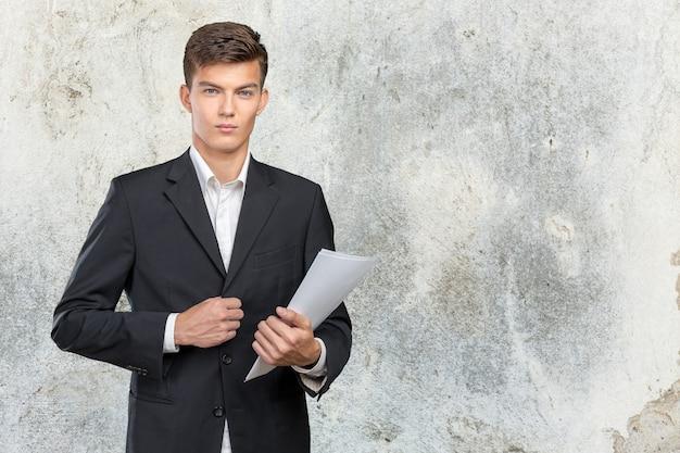 Empresário ocupado com um monte de papelada