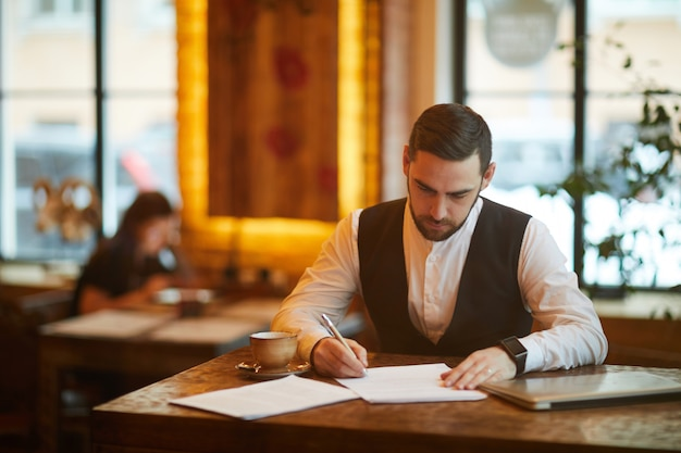 Empresário ocupado no café