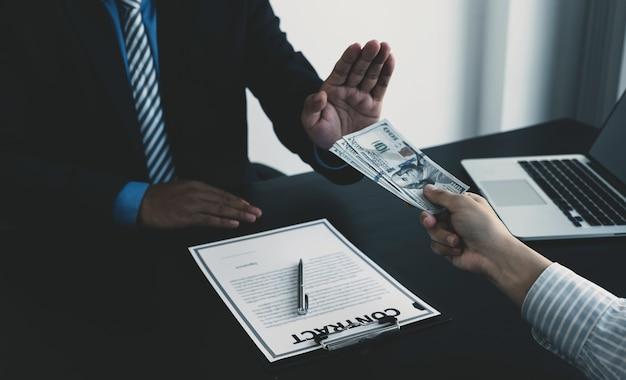 Empresário oferece suborno a funcionários do governo que recusam dinheiro, corrupção e antissuborno