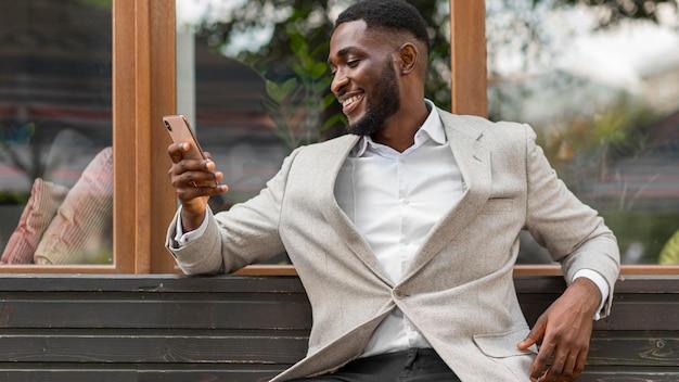 Empresário olhando no smartphone