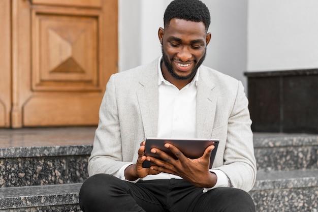 Empresário olhando no tablet